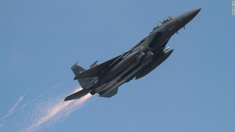 Aviation photographer spots fighter damage, saves pilot
